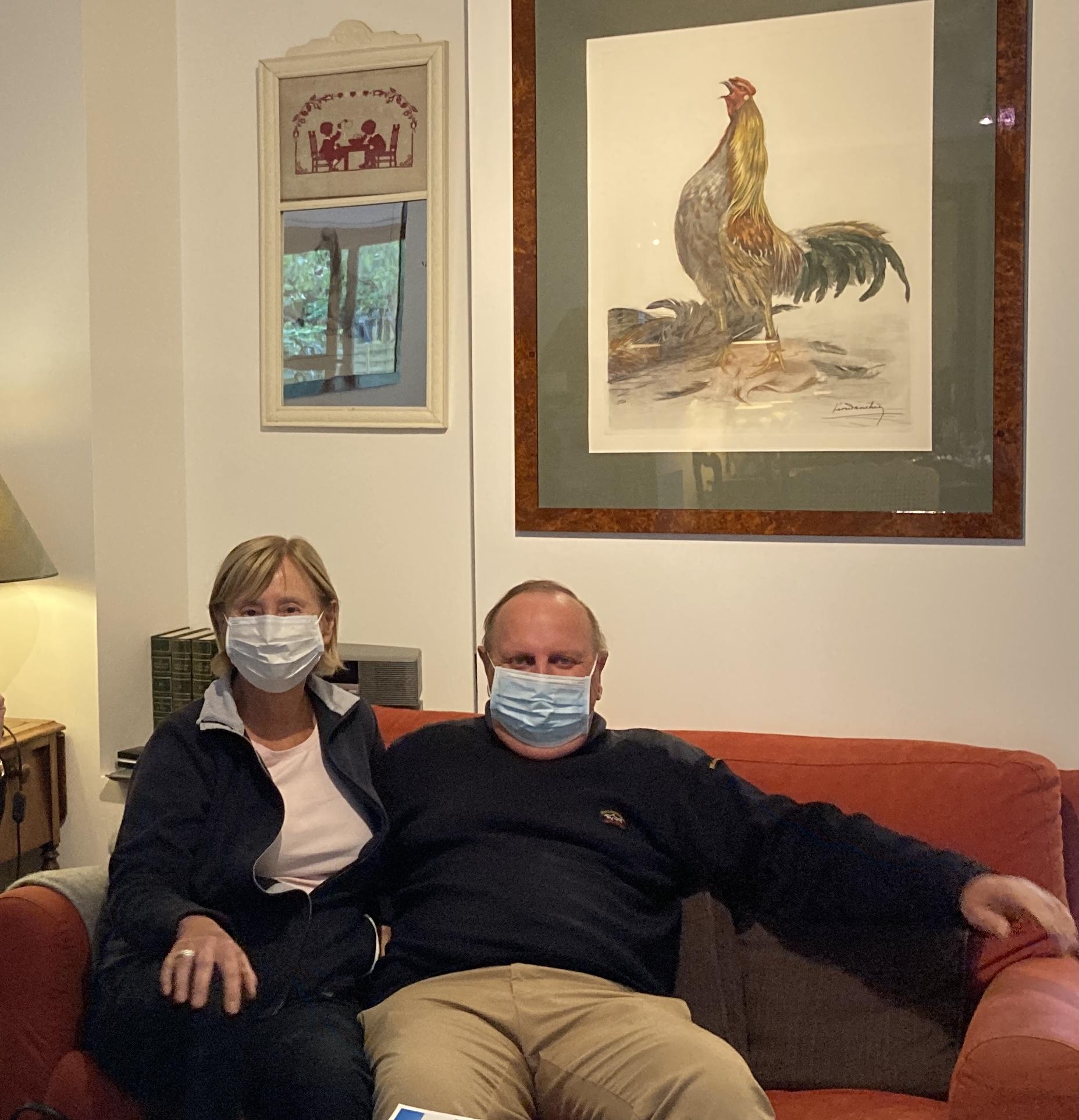 マスクをしているホストファミリー